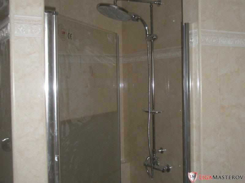 укладка плитки в ванной.
