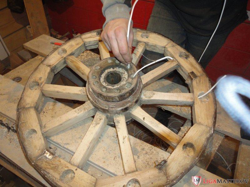 Как сделать люстру из колеса для телеги своими руками